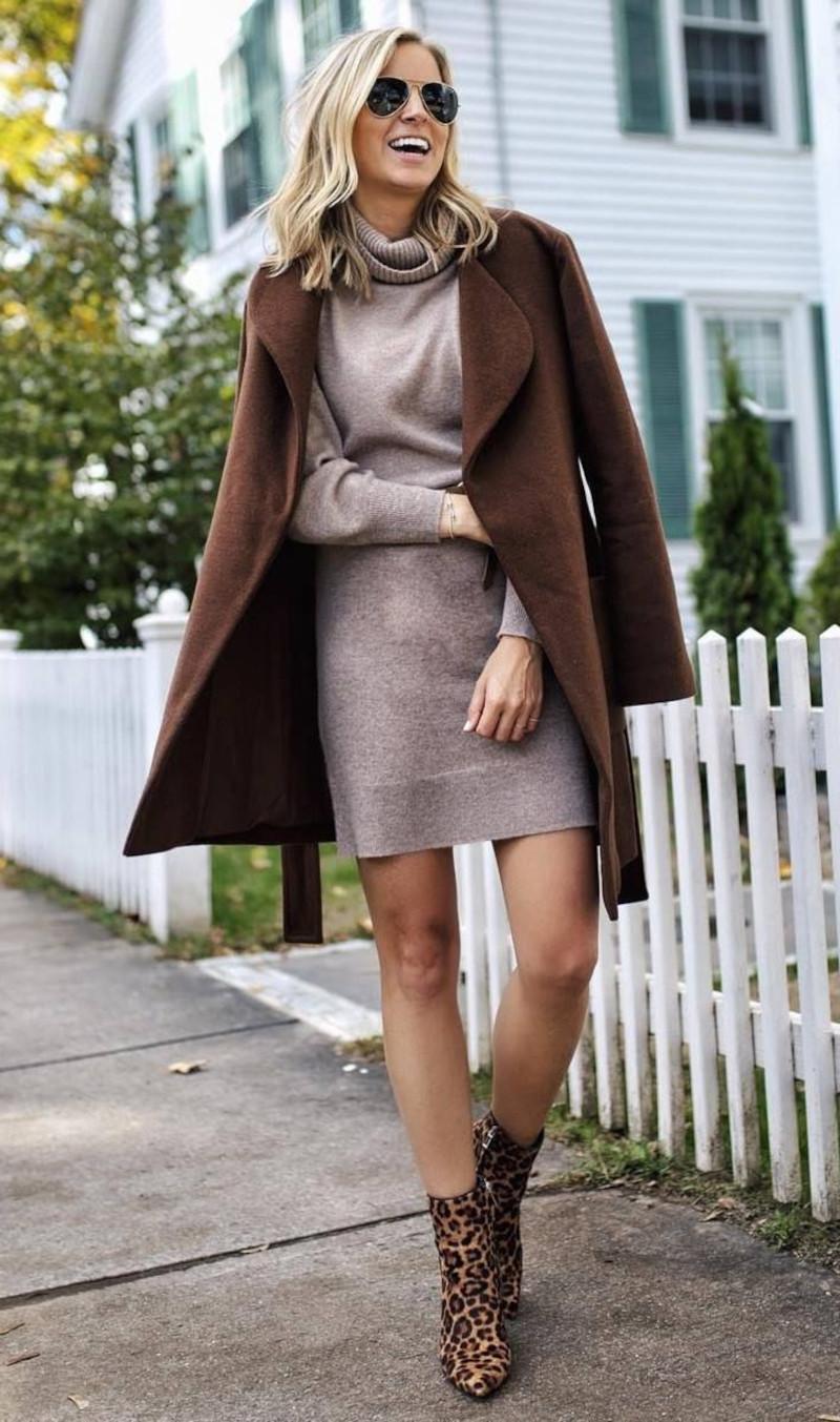 robe automne hiver 2021 2022 en tricot beige manteau marron et bottines imprimées