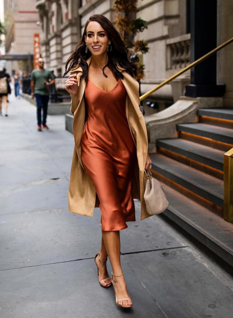 robe chic femme en satin en couleur caramel manteau beige femme aux escarpins