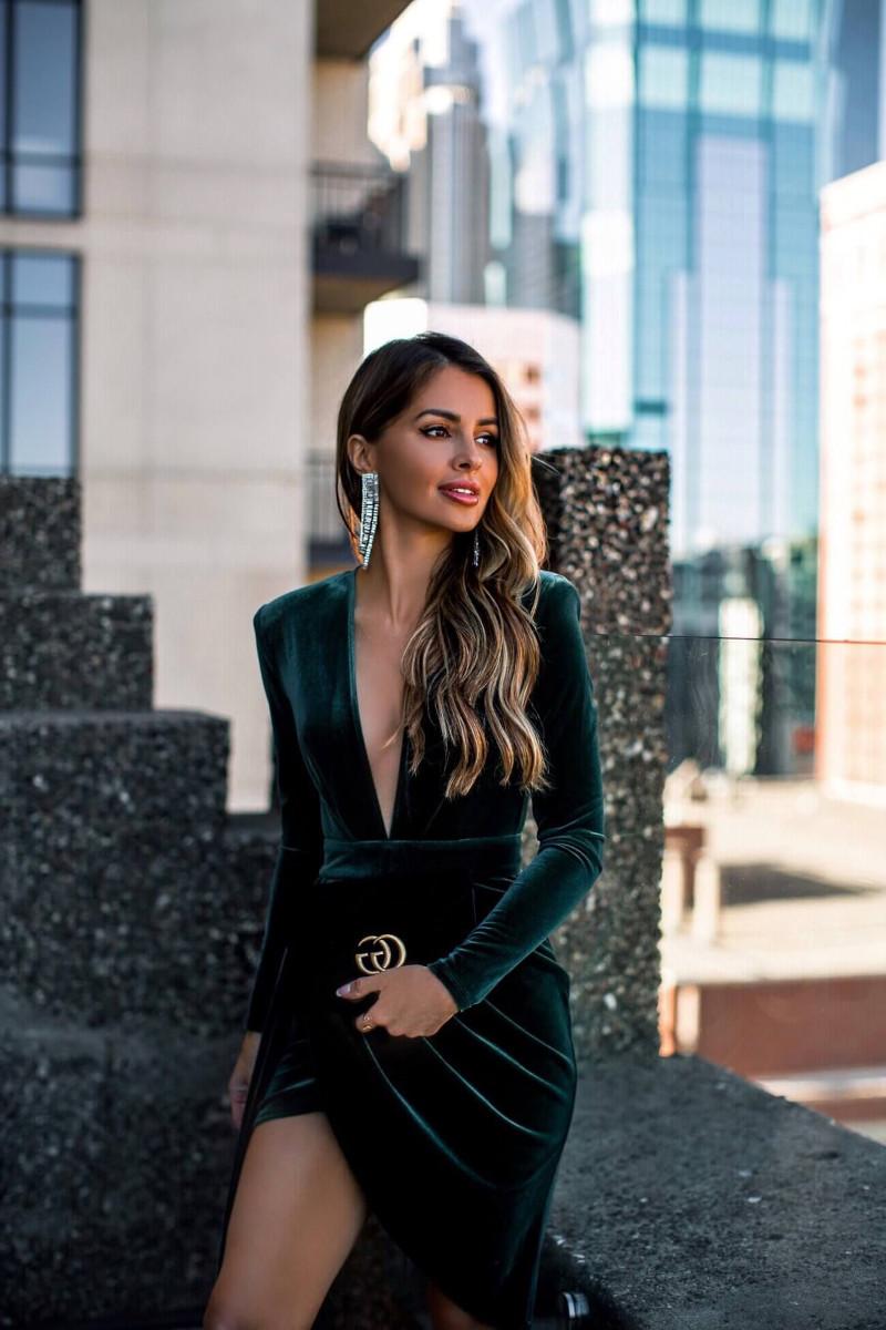 robe chic femme tenue de soirée femme à la robe noire fendue bijoux de luxe