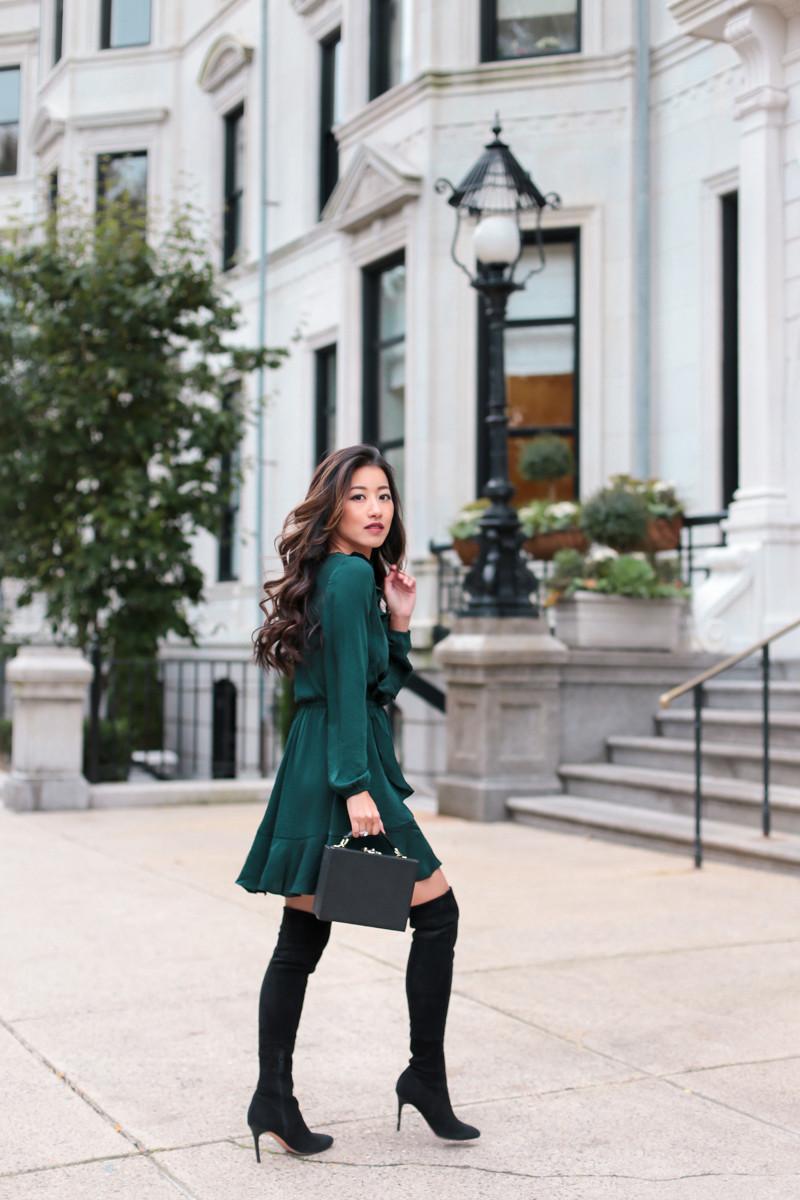 robe classe et chic en satin en vert bouteille femme aux bottes et sac à main moirs
