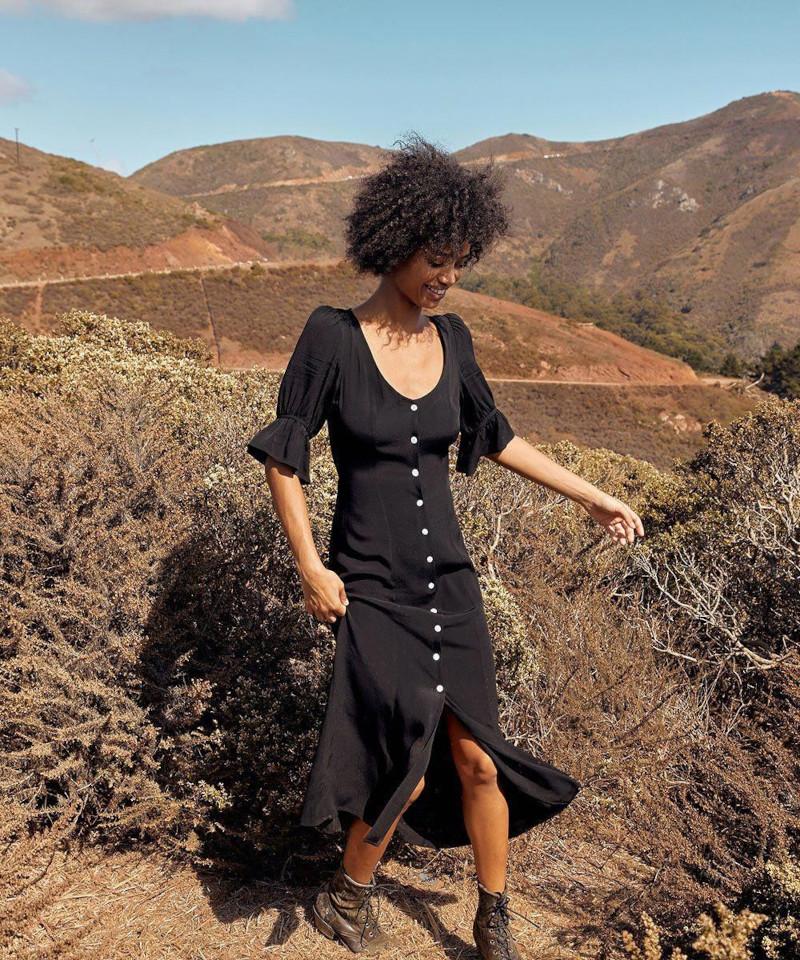 robe d automne 2021 femme en robe noire boutonnée champetre