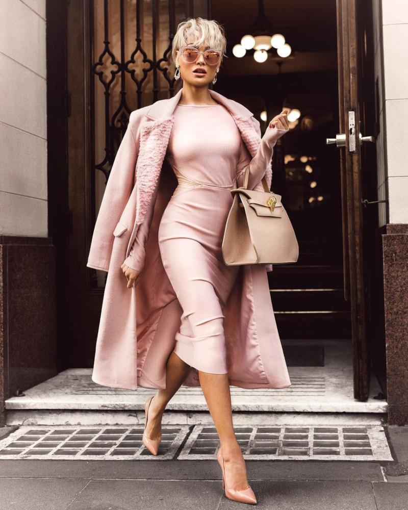 robe droite femme en rose poudré manteau escarpins en rose poudré sac a main beige