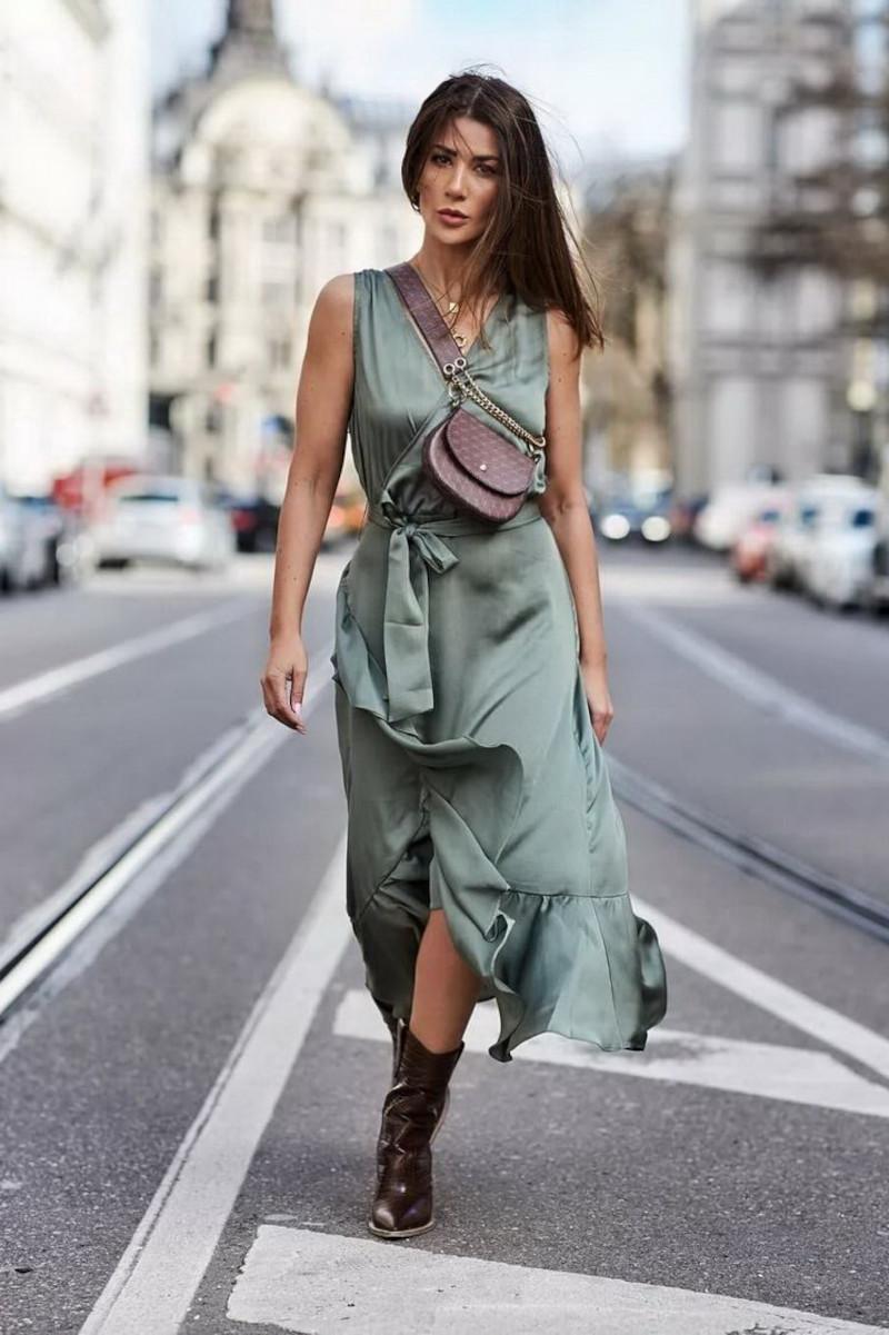 robe longue automne en satin bleu vert ceinturée bottines en cuir sac à main