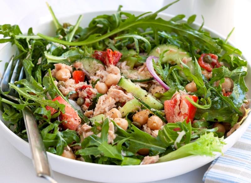 salade composée avec des pois chiches et du thon