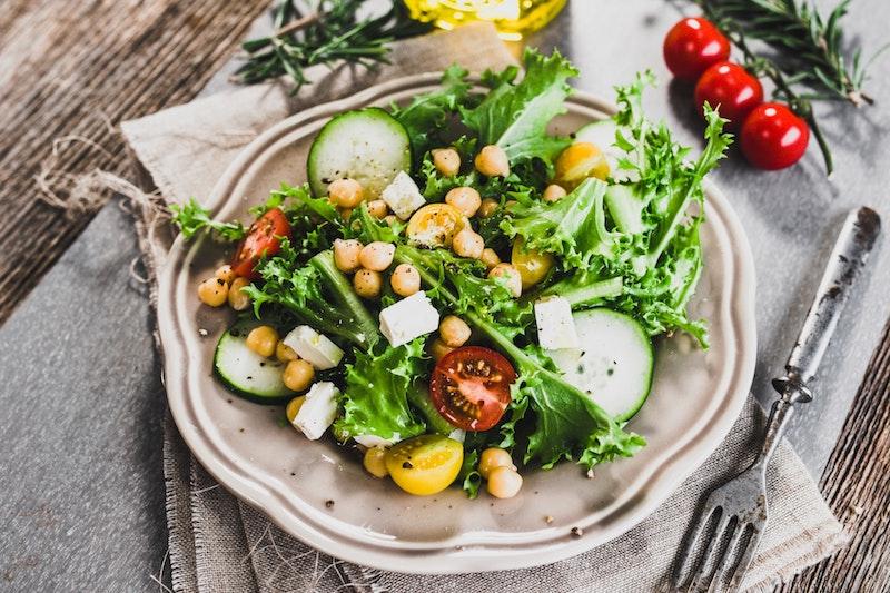 salade composée avec des pois chiches salade verte tomates