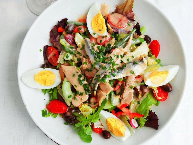 salade composée facile et originale de saumon oeuf radis tomates cerises