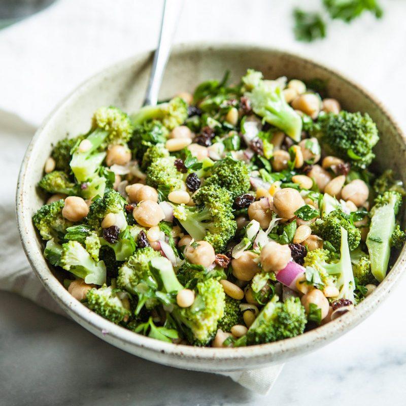 salade composée pois chiche avec du brocoli olives oignon