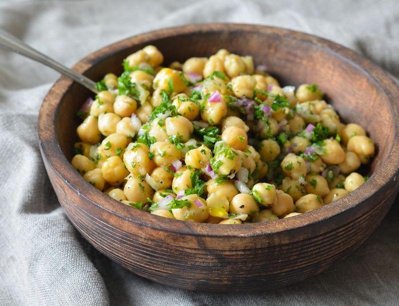 salade de pois chiche avec de l oignon et du persil