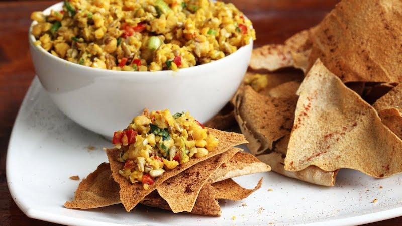 salade de pois chiche marocaine avec du pain arabe en chips