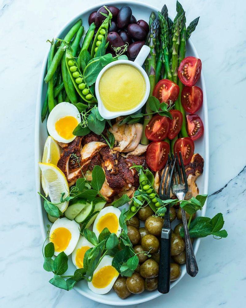salade niçoise composée de tomates cerises haricots verts poisson oeufs olives