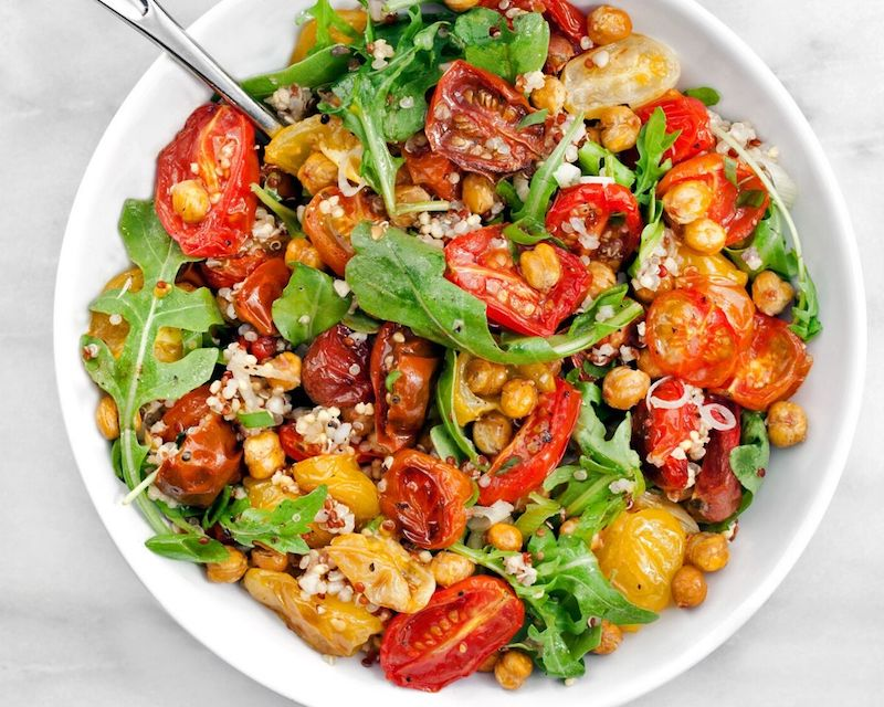 salade pois chiche roquette avec des tomates grillées