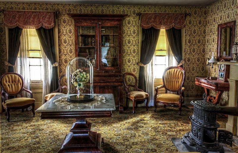 salle de sejour style royale classic table basse plateau en marbre