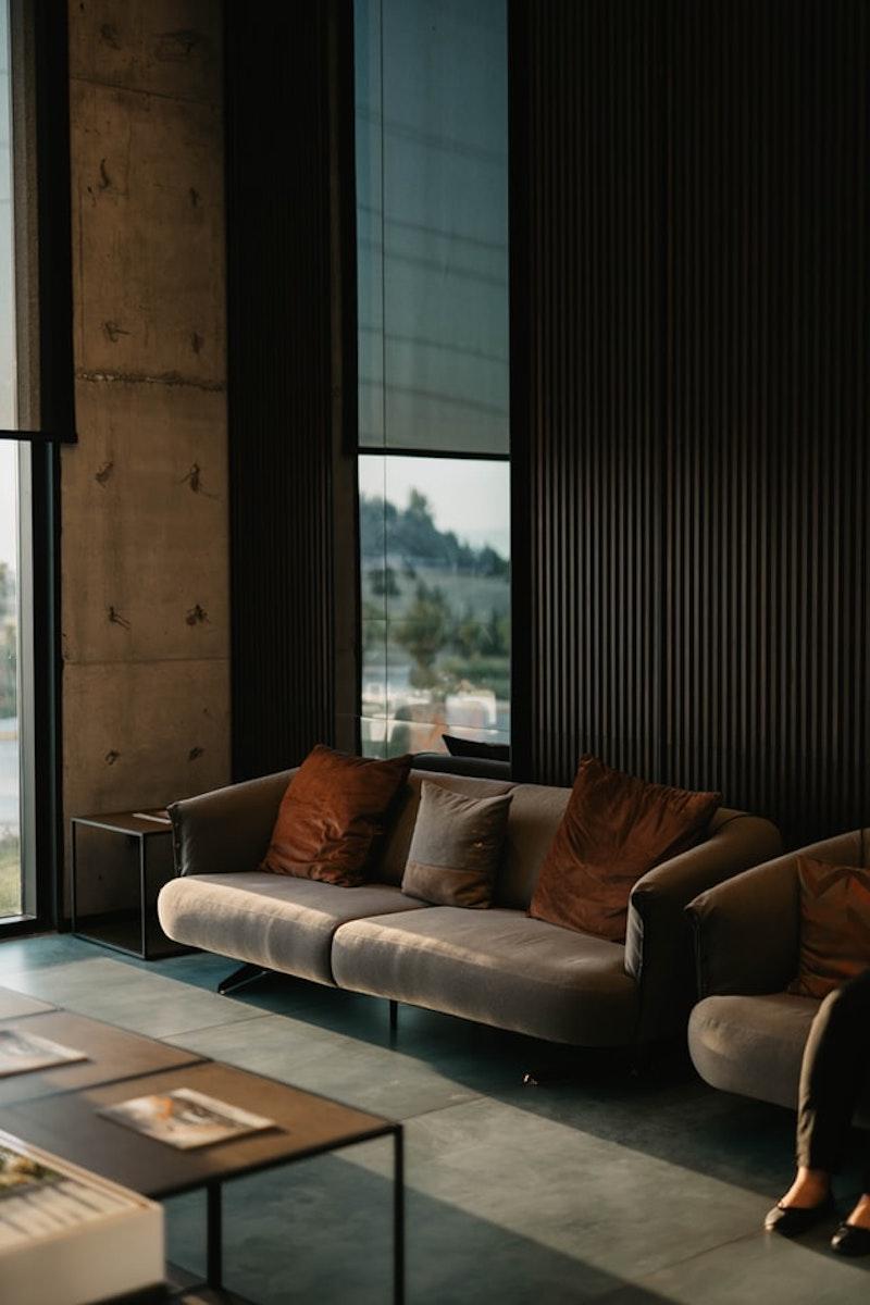 salon style industriel canape marron beige coussins rouge et gris