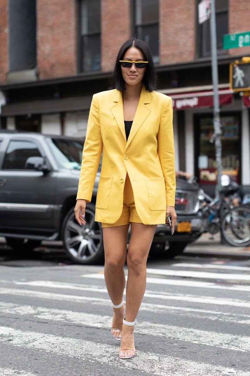 short femme habillé tailleur jaune