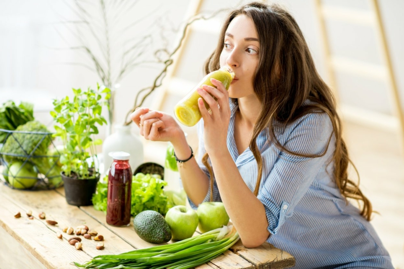smoothie maison une jeune femme qui boit du smoothie vert