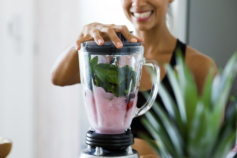 smoothie minceur une femme qui utilise un mixeur pour faire un smoothie