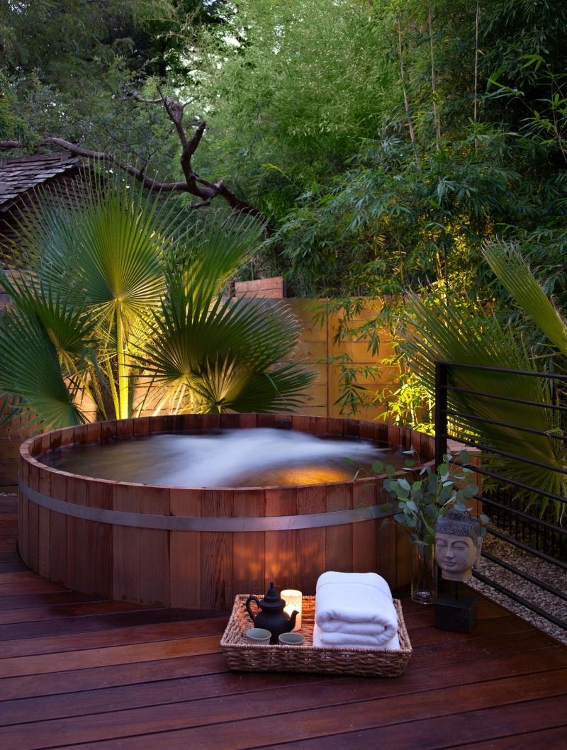 spa en bois décoration style zen ambiance panier accessoires de bain
