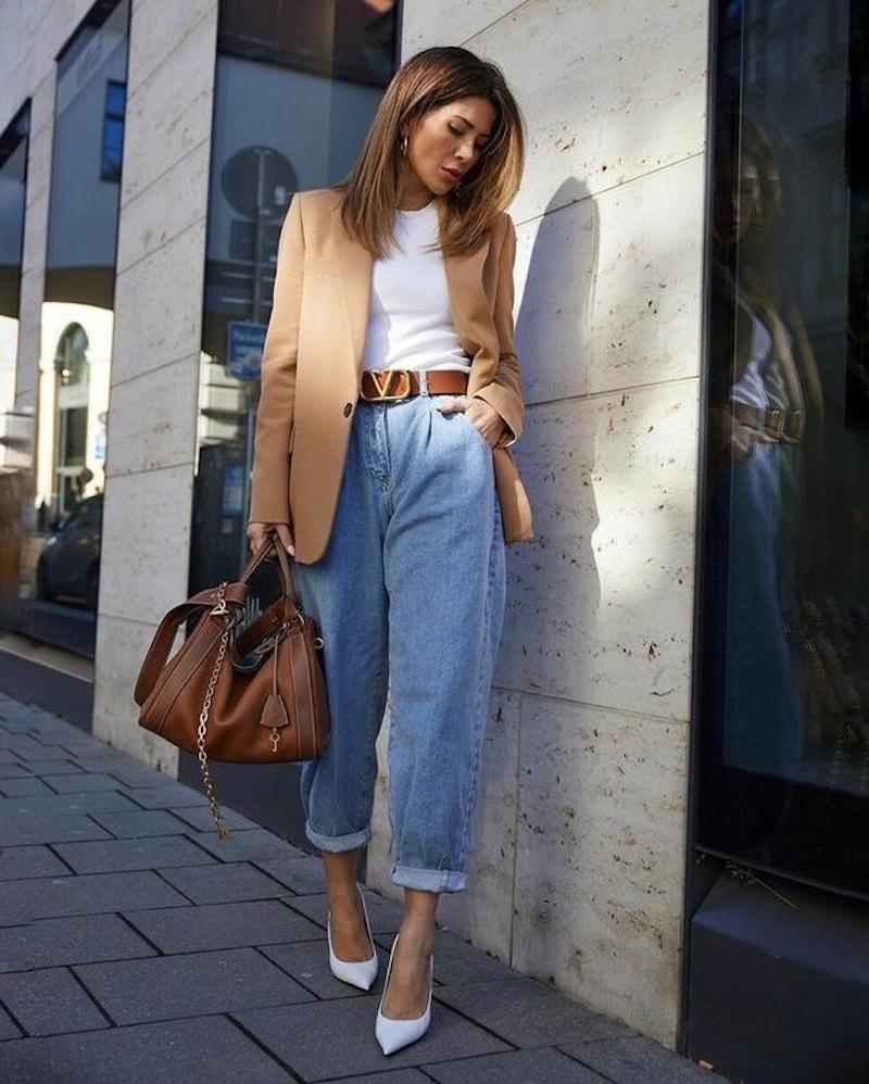 style américain femme 2021 jeans boyfriend chaussures blanches accessoires bruns