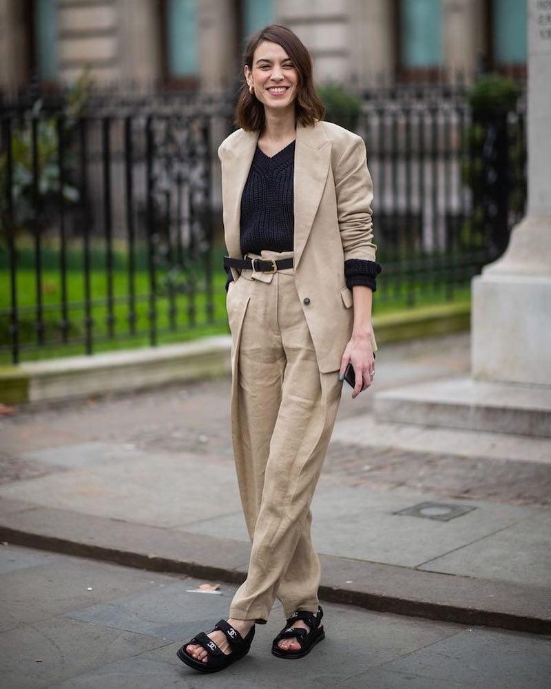 style bcbg femme en tailleur beige et top noir