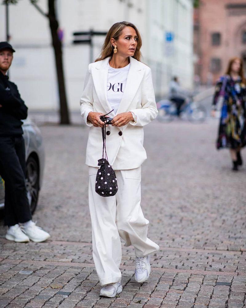 style bcbg femme en tailleur blanc immaculé baskets et t shirt