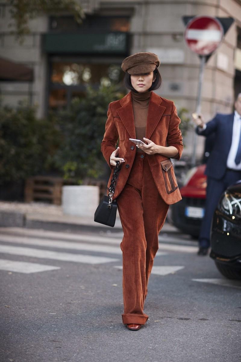 style bcbg femme en tailleur marron en velours avec casquette
