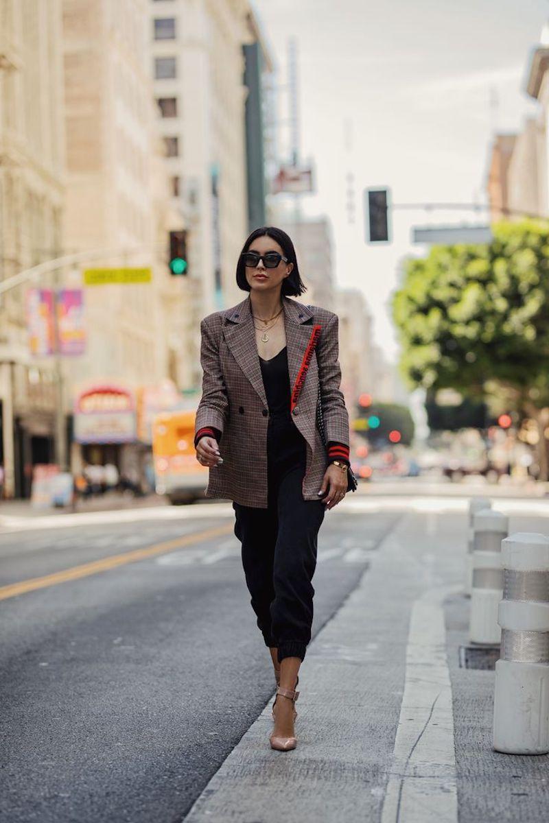 style classe femme en pantalon noir veste prince de galles