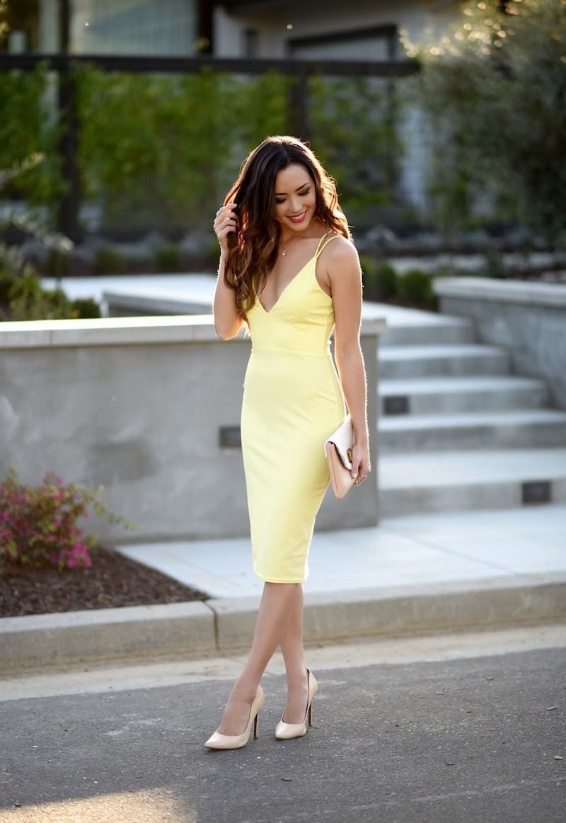 style classe femme robe jaune moulante talons hauts