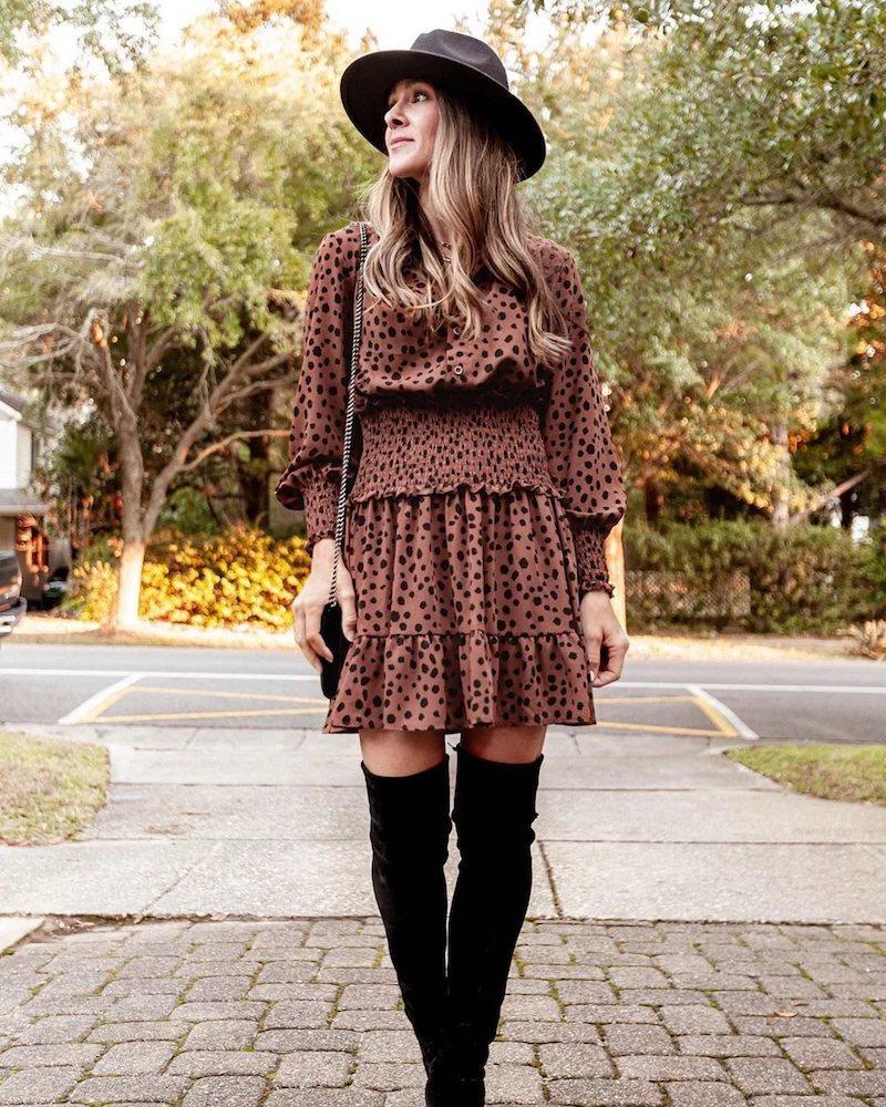 style romantique robe cacao en pois bottes et chapeau noirs