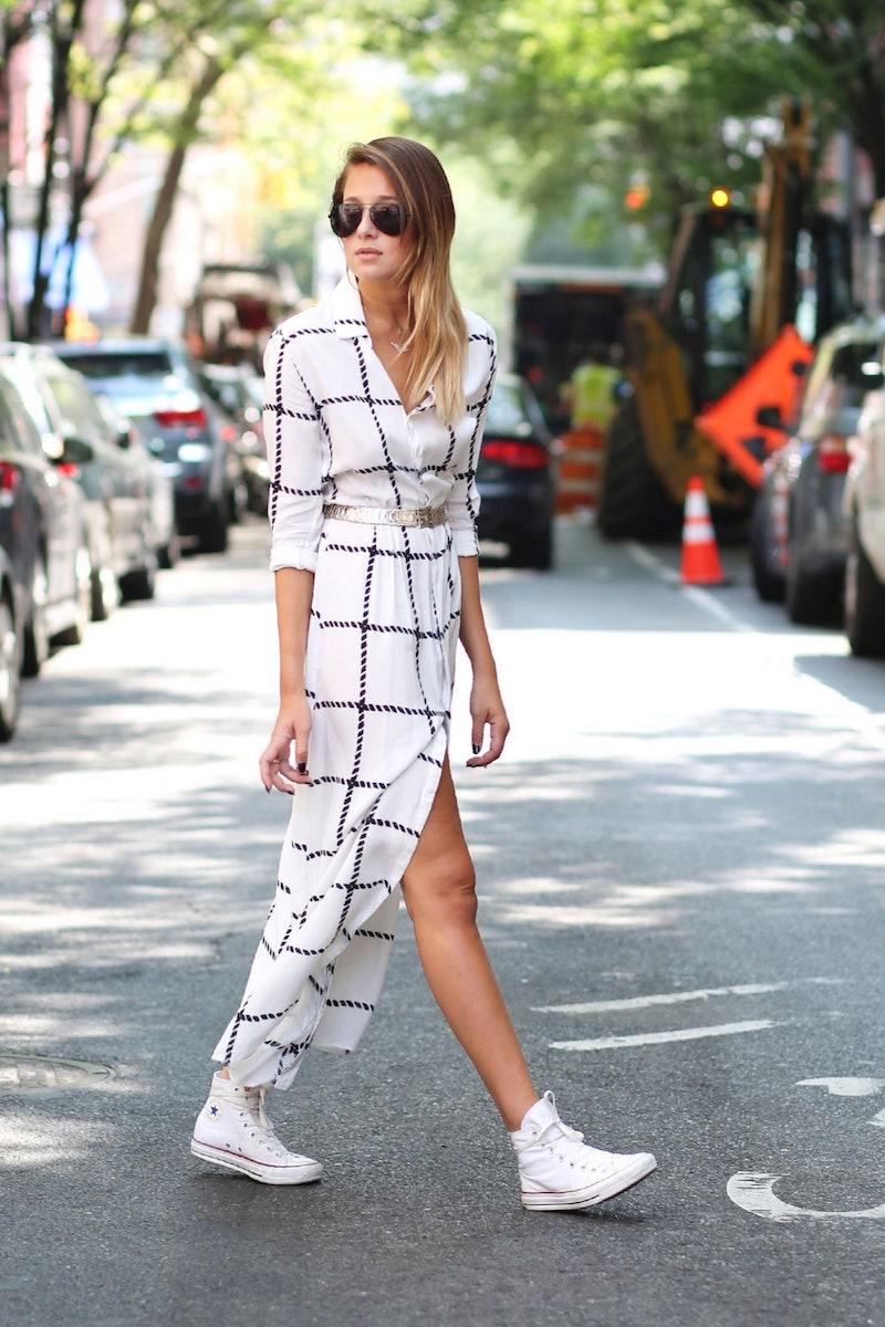 style vestimentaire ado femme en robe blanche et baskets blancs