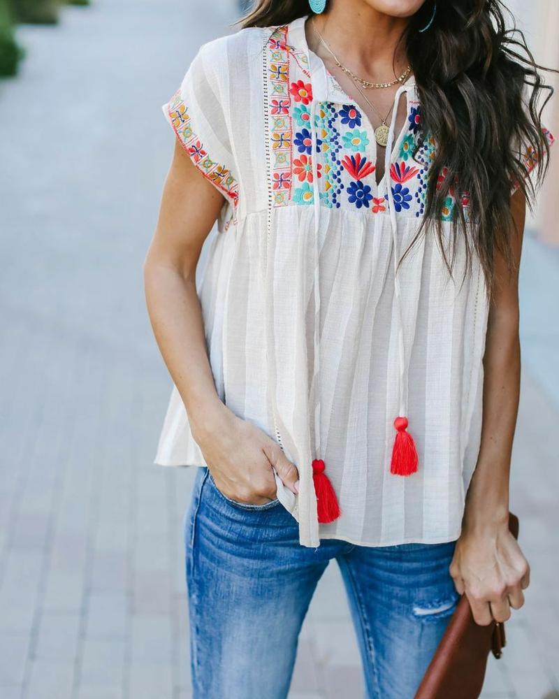 style vestimentaire ado fille 2021 une blouse avec une broderie fleurs multicolores