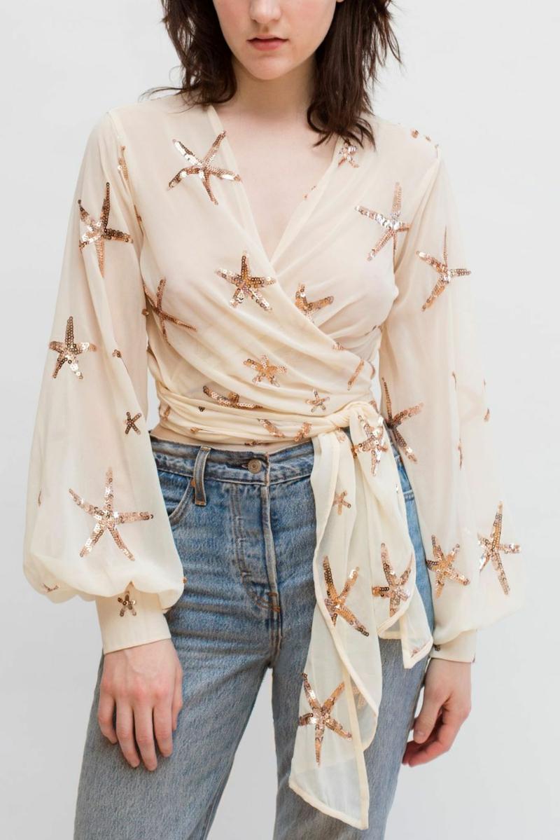 style vestimentaire ado fille 2021 une fille qui porte un haut cache coeurjpg