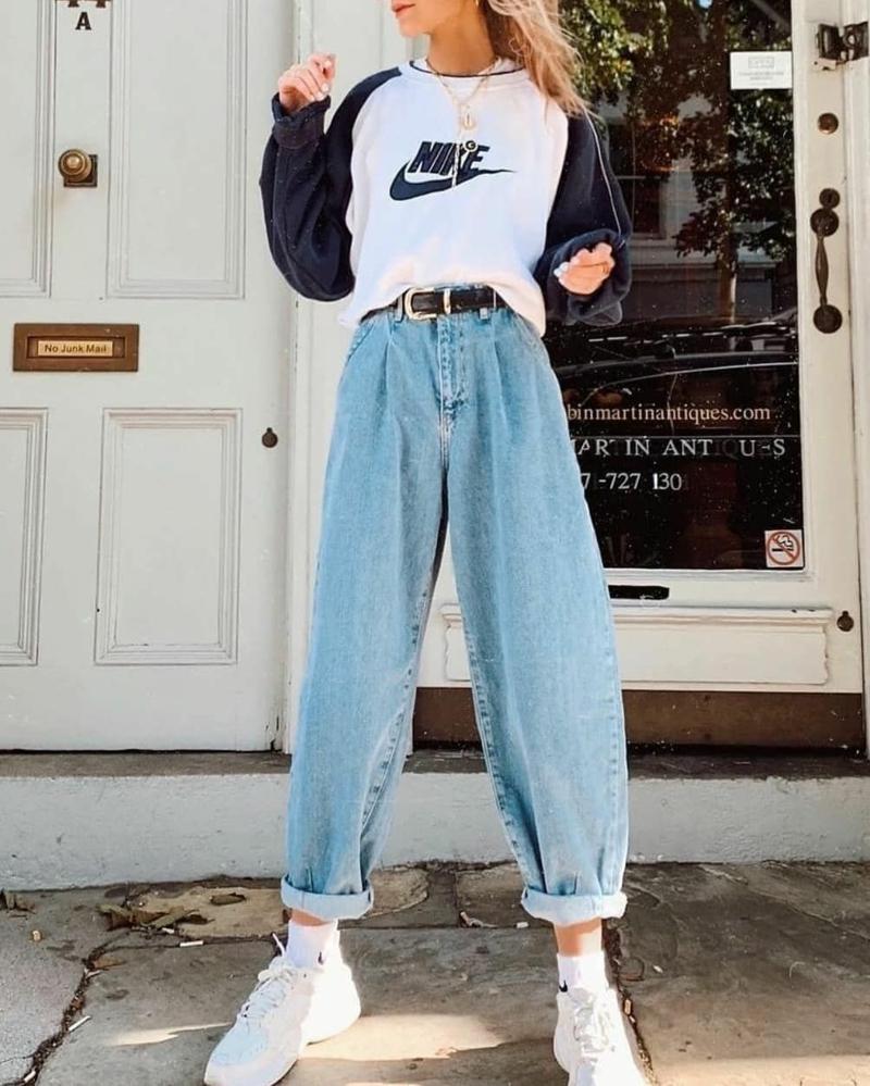 style vestimentaire ado jeans maman combinés avec une blouse nike