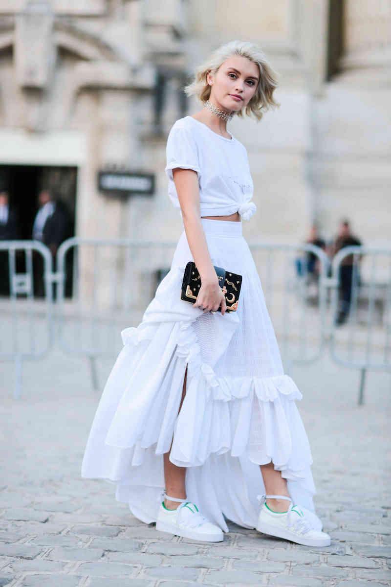style vestimentaire ado jupe top decontracte et baskets blancs