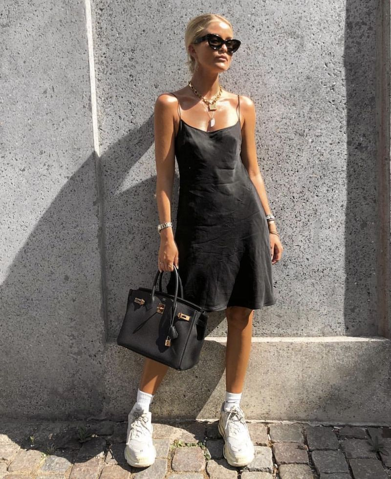 style vestimentaire ado robe noire en satin baskets blancs