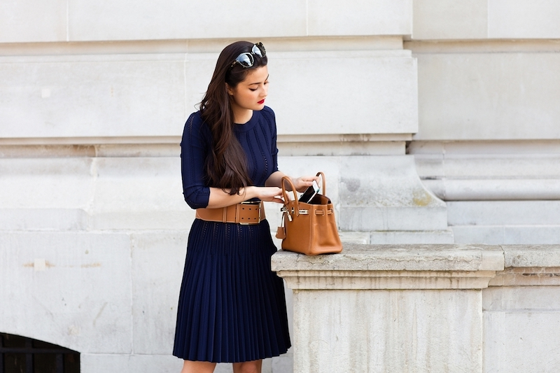 style vestimentaire femme 2021 femme en robe bleu foncé