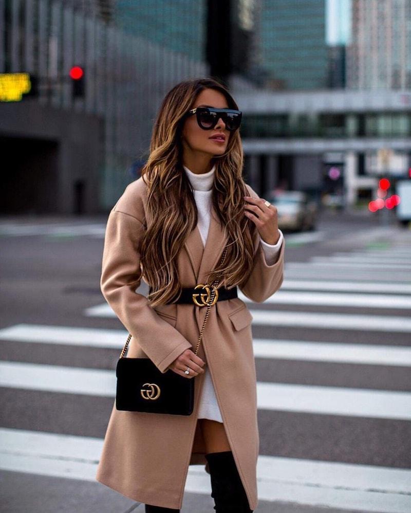 style vestimentaire femme 2021 manteau beige robe blanche accessoires en noir