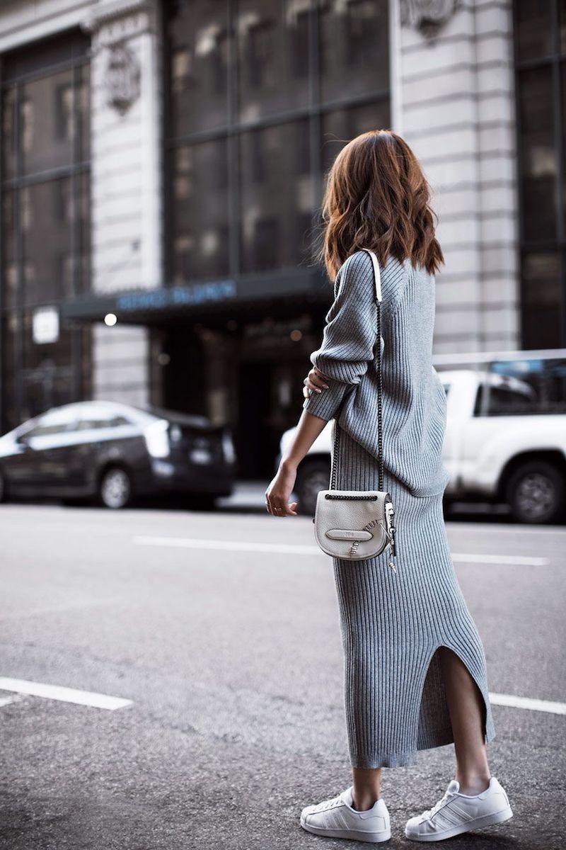 style vestimentaire femme 2021 robe en tricot gris avec tennis