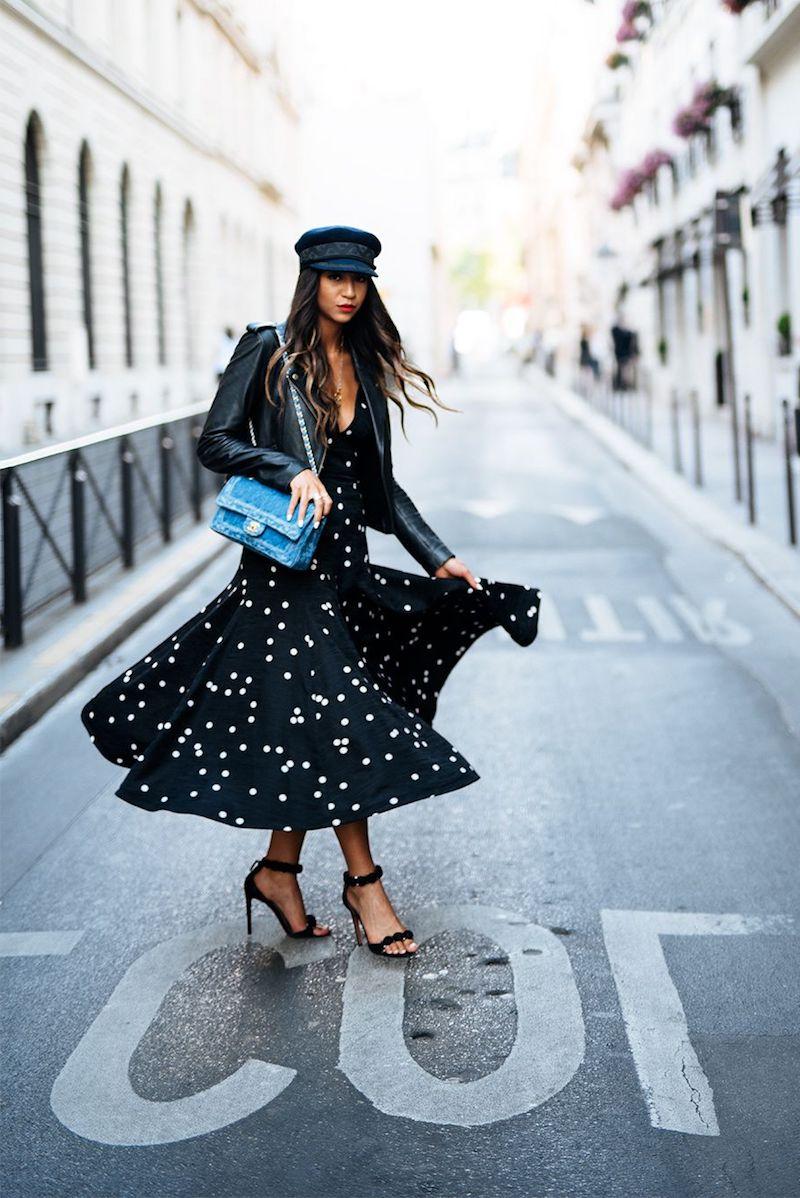 style vestimentaire femme 2021 robe noire en pois casquette et sandales