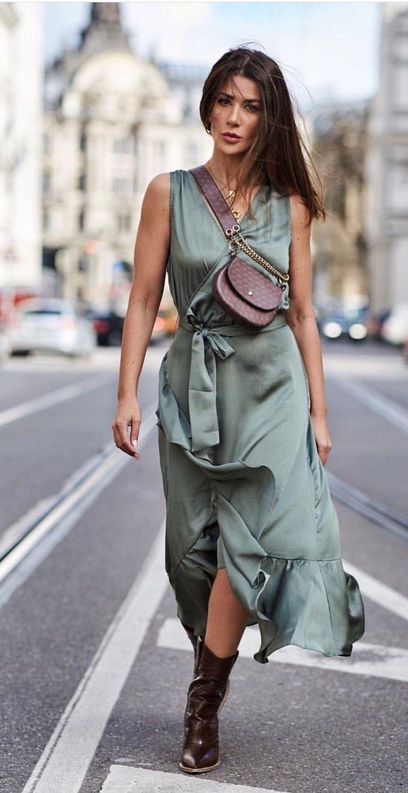 style vestimentaire femme en gris vert en satin avec bottines