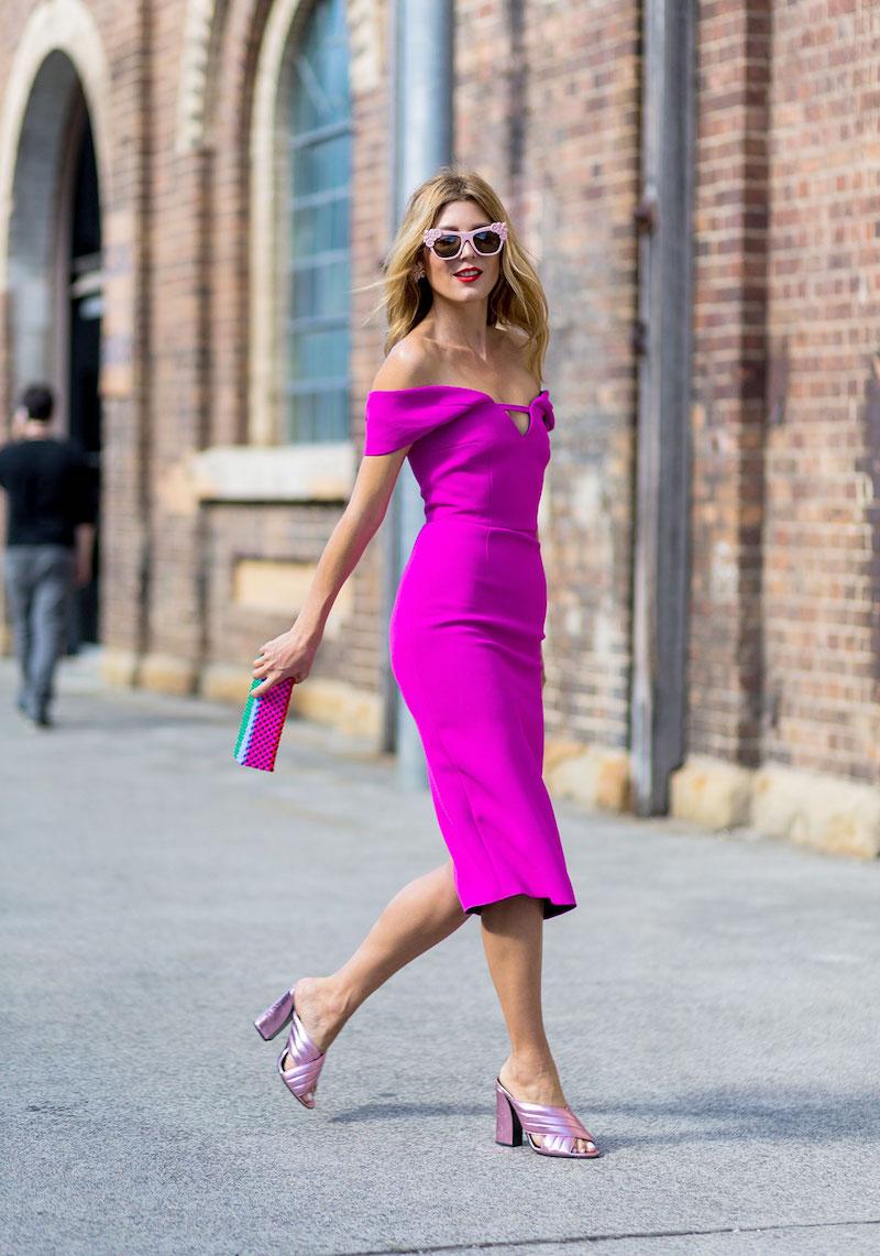 style vestimentaire femme en robe et chaussures roses