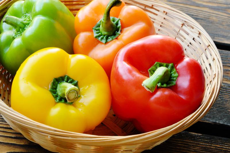 super aliment riche en vitamine c poivrons multicolores dans un panier