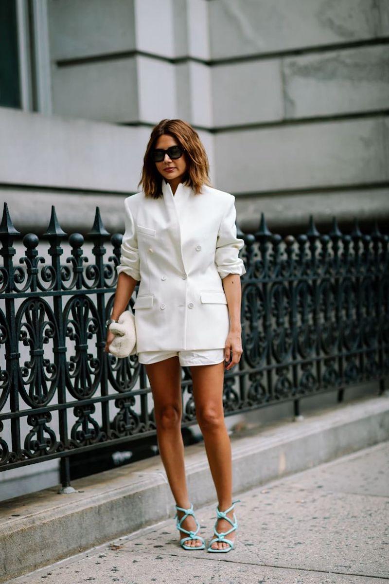 tailleur short femme en blanc sandales en bleu turquoise