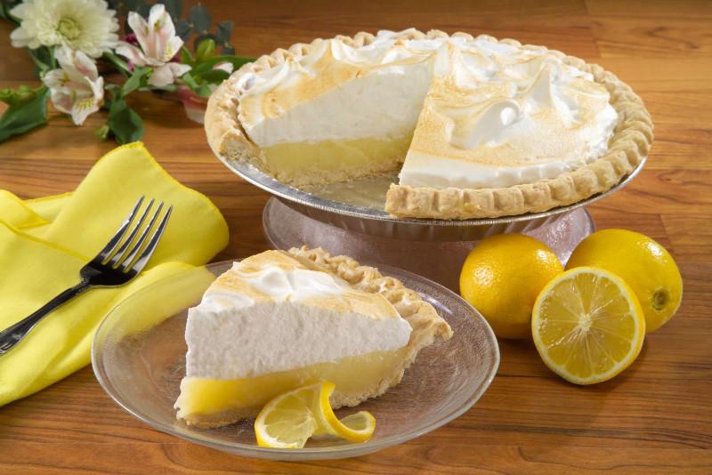 tarte au citron à l ancienne morceau de gateau sur une assiette transparente