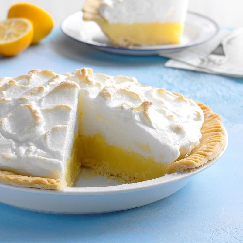tarte au citron meringuée assiette de service blanche citron découpé