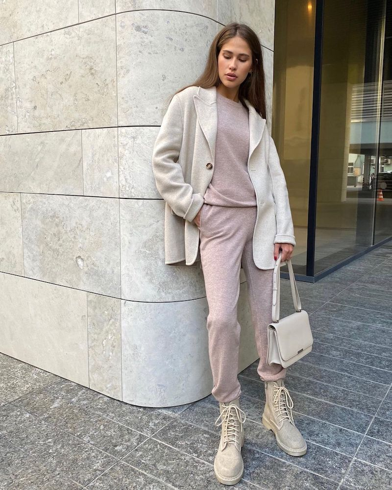 tendance automne 2021 tenue en rose poudré bottines beiges veste grise