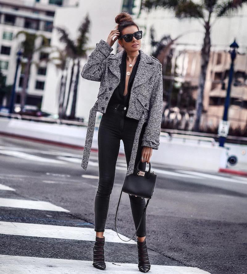 tendance hiver 2021 tenue noire bottines lunettes de soleil noires