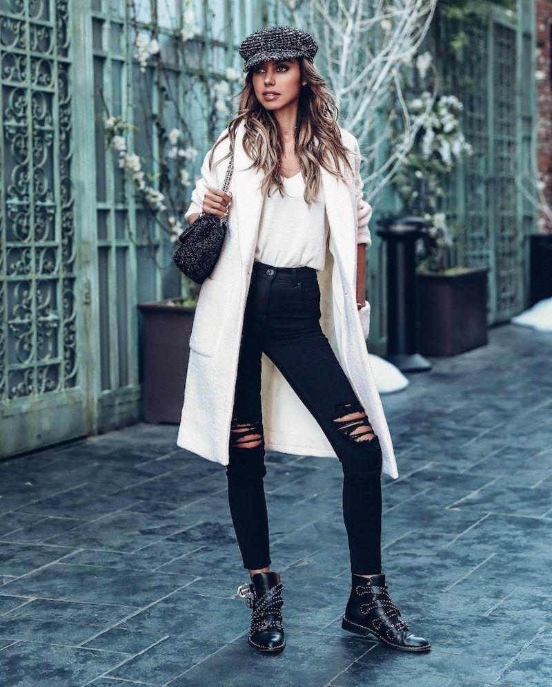tendance mode 2021 jeans déchirés noirs top et manteau blancs