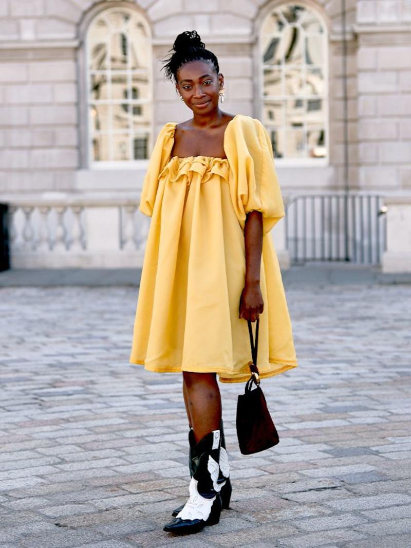 tendance tenue femme en robe fluide jaune bottines en noir et blanc sac à main noir