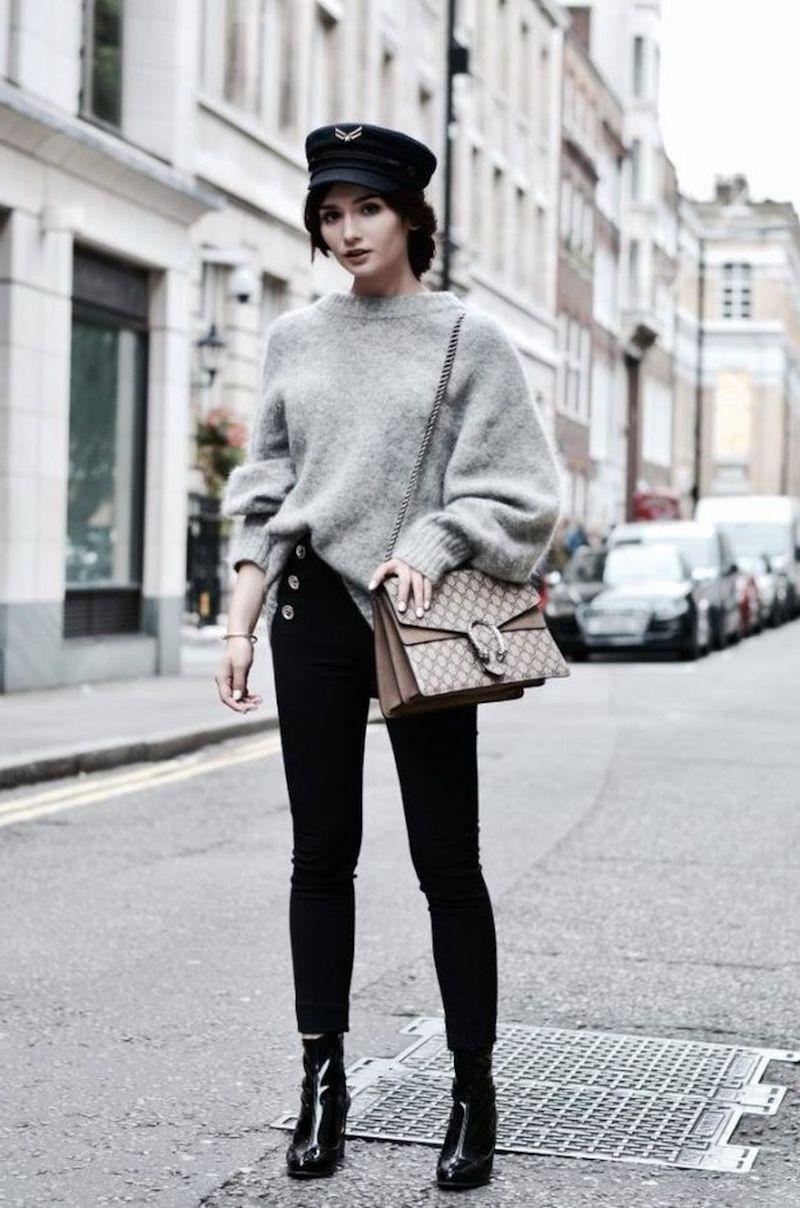tendance tenue femme pantalon noir pull over gris chapeau et bottines noirs
