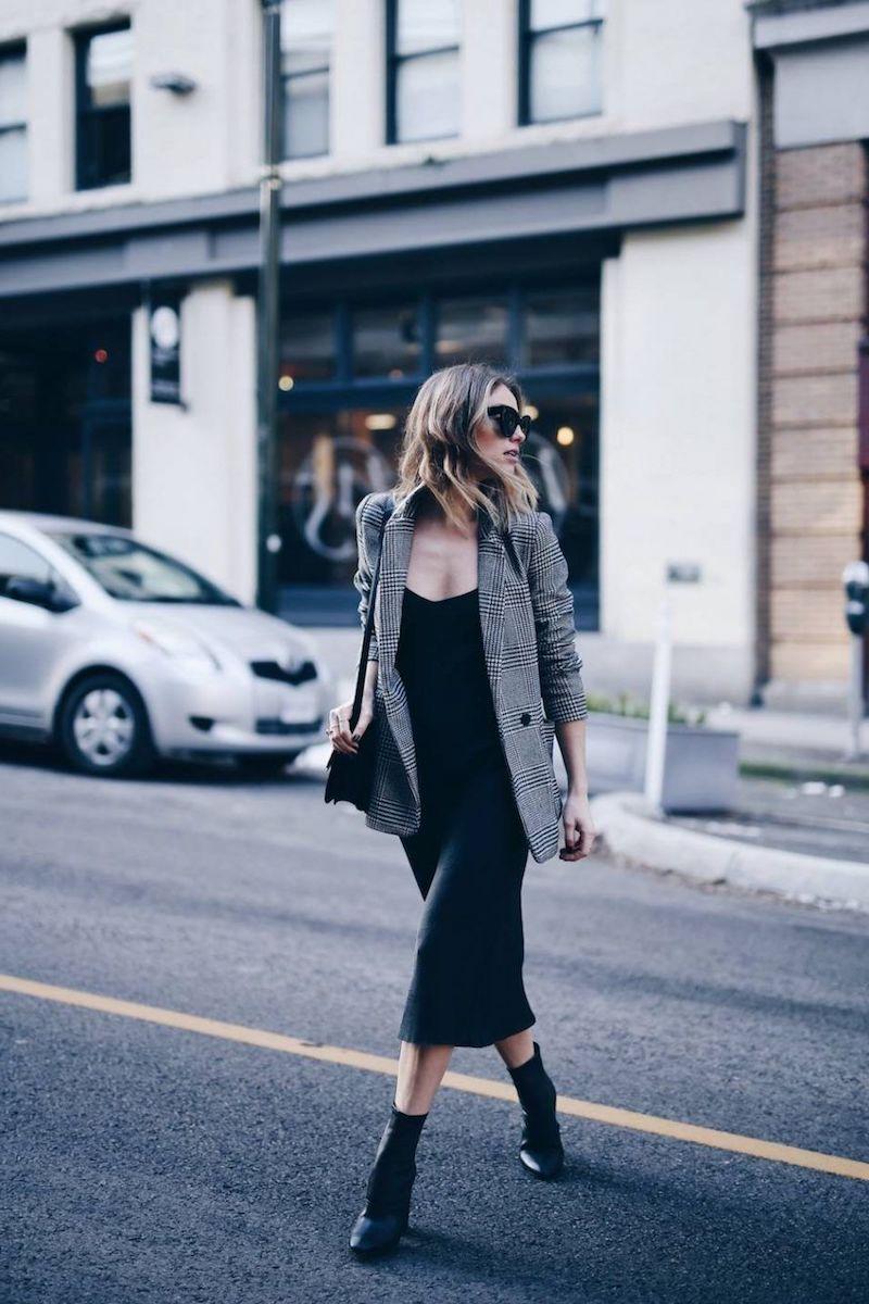 tenue classe femme robe et bottines noirs et veste gris